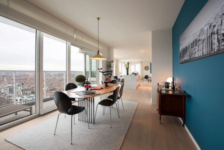 Binnenstappen in een UP-site appartement vormt een onvergetelijke ervaring, want alle appartementen zijn voorzien van grote ramen en één of meer terrassen die een uniek uitzicht over de hoofdstad bieden.